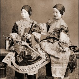 Singing_Girls,_Hong_Kong,_China_(c1901)_Benjamin_W._Kilburn_Co._(RESTORED)_(4088034587)